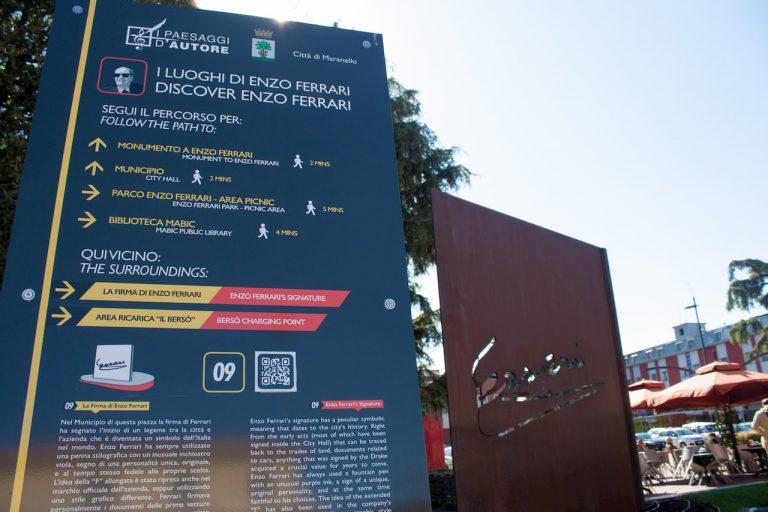 Grande cartello che mostra i loghi di Enzo Ferrari a Maranello