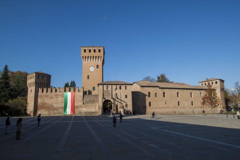 Immagine del Castello di Formigine, con la bandiera Italiana in risalto sulle mura di cinta