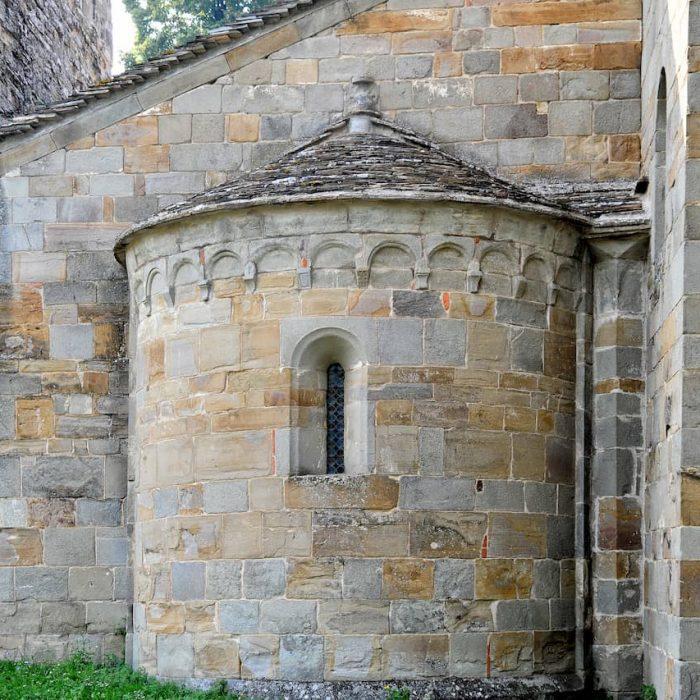 Particolare dell'abside della Pieve di Rubbiano