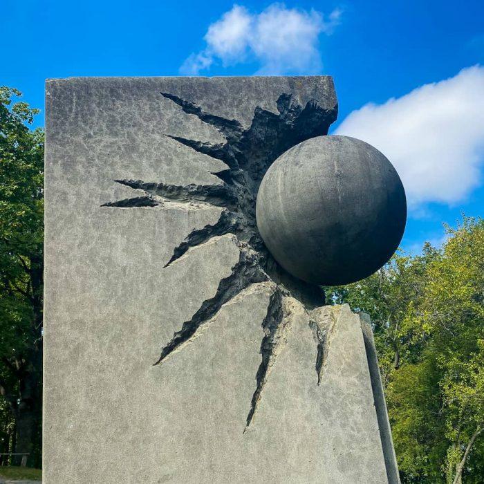 Una delle scultura del parco di Santa Giulia, rappresenta una palla che distrugge un monolite