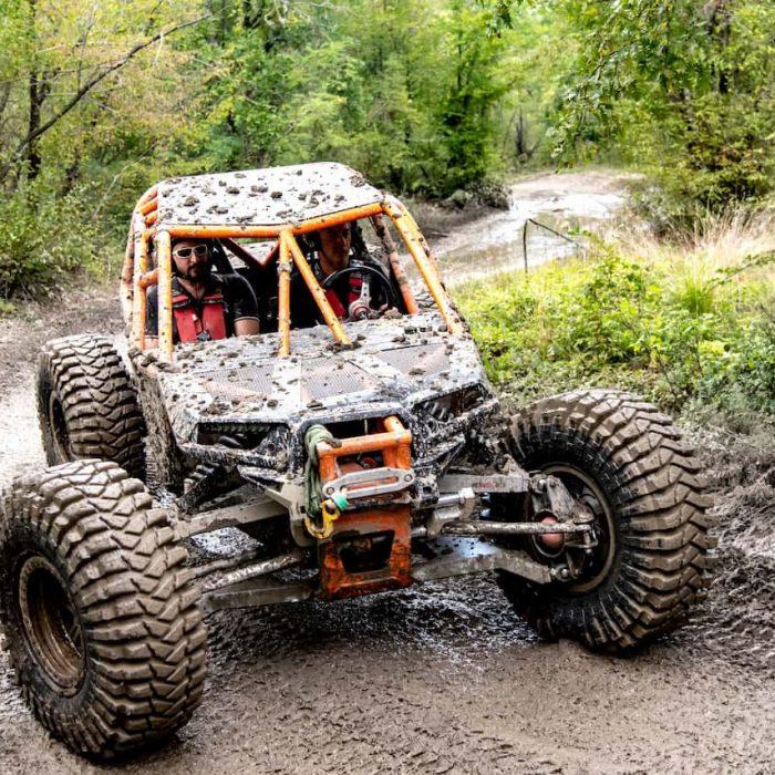 Un Quad gareggia tra il fango della pista da fuoristrada a Palagano