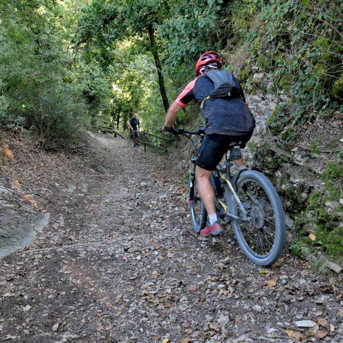 Un uomo percorre con la mountain bike un sentiero del percorso Natura