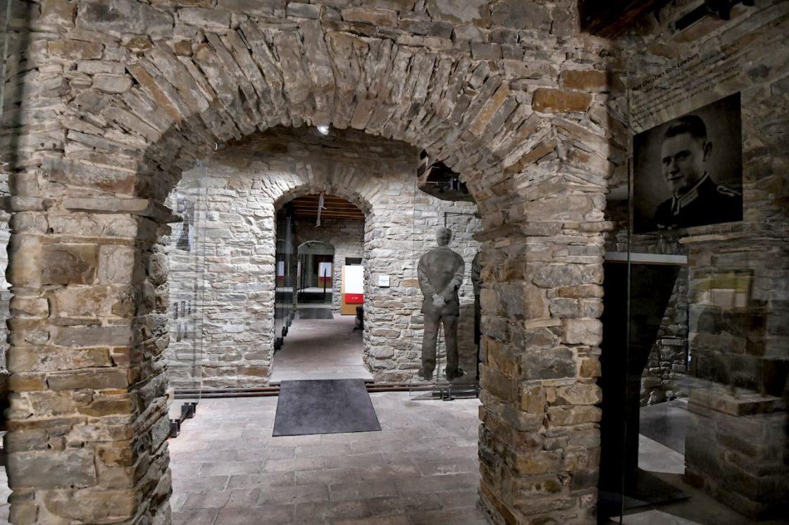 Interno del museo, un arco di vecchi mattoni e un allestimento con i dettagli sulla Resistenza