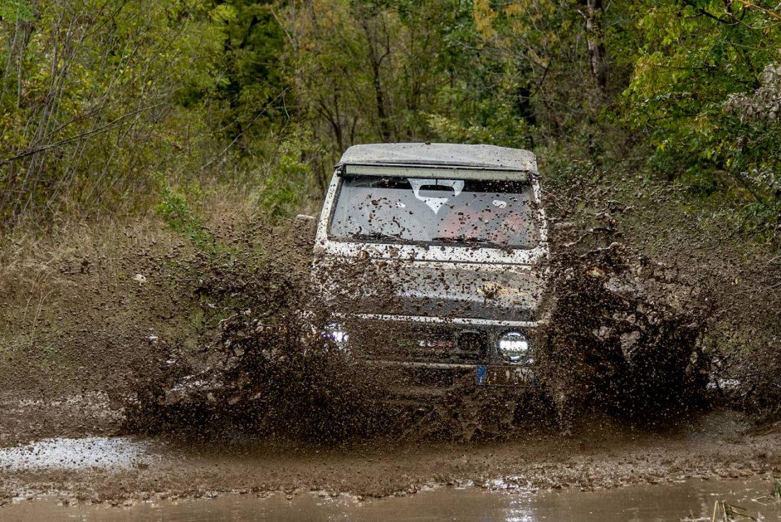 Un van corre dentro una profonda pozza d'acqua nella pista da fuoristrada di Palagano